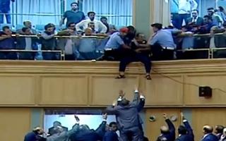 الصورة: بالصور ..يسقط من شرفة البرلمان الأردني احتجاجا .. والرزاز يتدخل