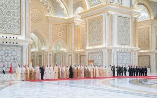 الصورة: محمد بن راشد ومحمد بن زايد يستقبلان الرئيس الصيني في قصر الرئاسة