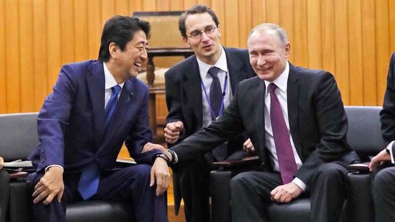 آبي يحاول التقرب دائماً من بوتين لحل نزاع كبير بين الطرفين على 4 جزر يابانية تسيطر عليها روسيا. أ.ب