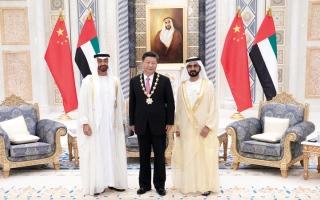 الصورة: رئيس الدولة يمنح الرئيس الصيني «وسام زايد»