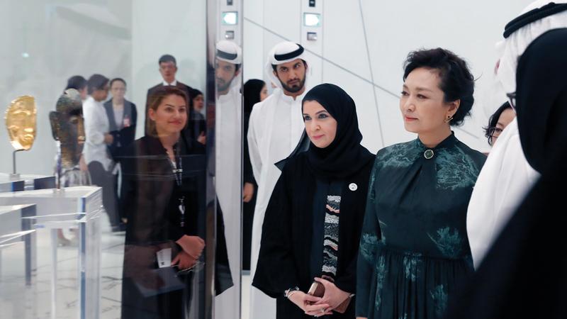 قرينة الرئيس الصيني تعرفت خلال جولتها بأقسام المتحف على أبرز المقتنيات الأثرية والفنية.  وام