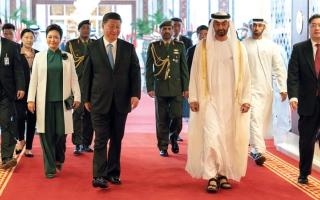 الصورة: محمد بن زايد في وداع الرئيس الصيني بعد زيارته التـاريخية