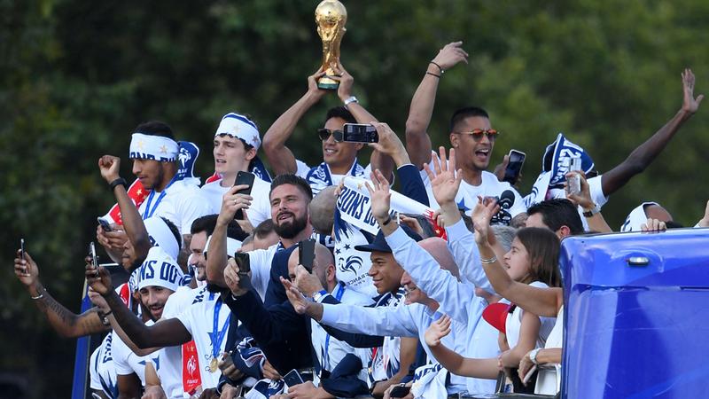 لاعبو فرنسا يحتفلون بالفوز بكأس العالم بعد العودة من روسيا. أ.ف.ب
