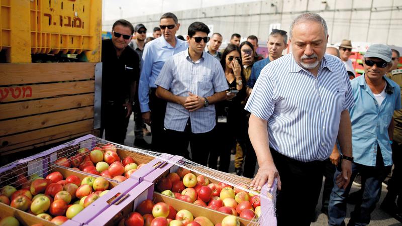 وزير الحرب الإسرائيلي في زيارة إلى المنطقة الحدودية. رويترز