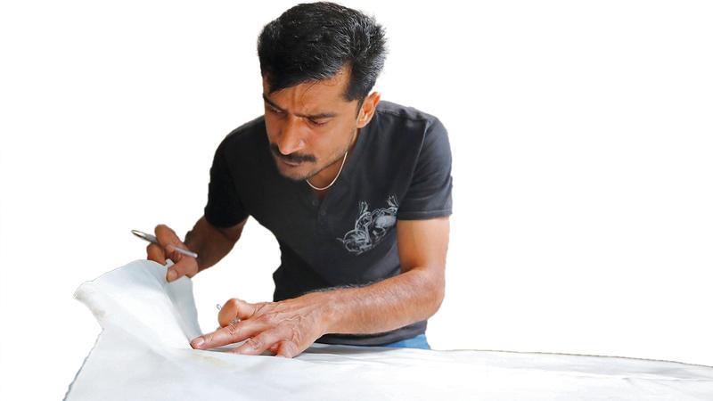 عابد علي يعمل في ورشته لإعادة تشكيل القوارب المطاطية إلى حقائب وأحذية. رويترز