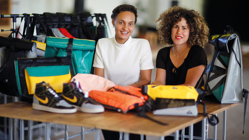 فيرا جونتر ونورا عزاوي يعرضان منتجات الورشة التي أسساها لإعادة معالجة مطاط القوارب المطاطية.  رويترز