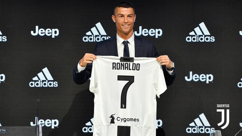 رونالدو انتقل رسمياً إلى يوفنتوس بـ117 مليون يورو وراتب 30 مليون يورو سنوياً.  أ.ف.ب