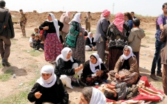 الصورة: الأيزيديات يعانين صدمة التخلي عن أطفالهن لآباء من «داعش»