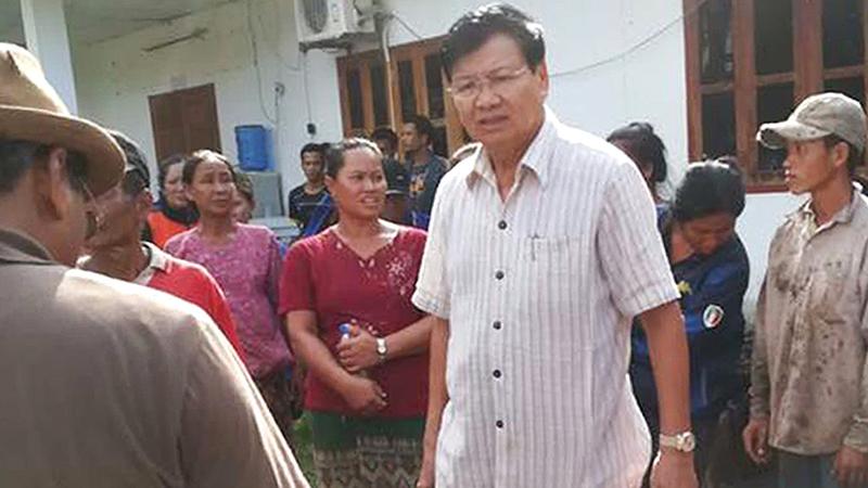 رئيس وزراء لاوس ثونغلون سيسوليث لدى زيارته أحد مراكز إيواء المشردين الذين غمرت بيوتهم المياه.  إي.بي.إيه
