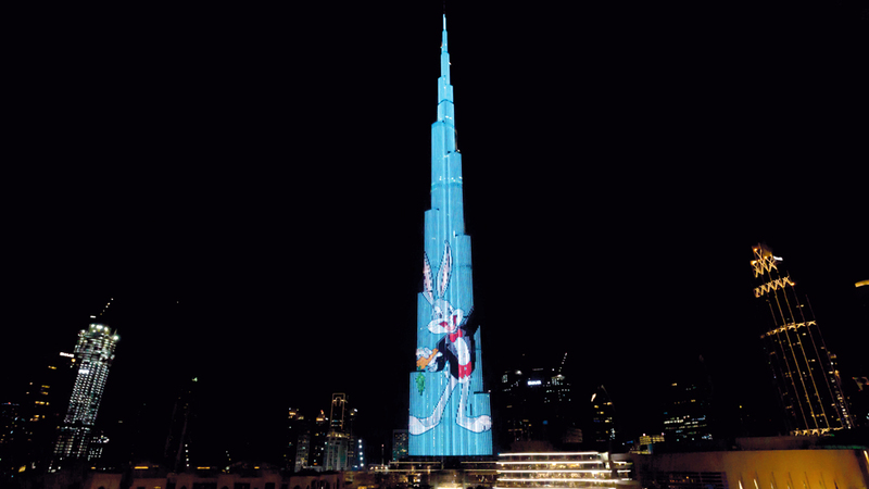 العرض استقطب حشوداً من السياح والمقيمين في الباحة الخارجية لنافورة دبي. من المصدر