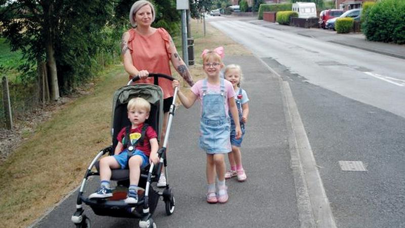 جيما هيدلي مع ابنتيها وابنها الصغير في طريقهم إلى المدرسة.  أرشيفية