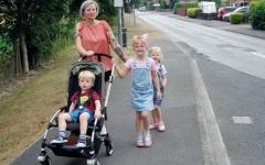 الصورة: تمشي 7 أميال يومياً لإيصال  ابنتيها إلى المدرسة