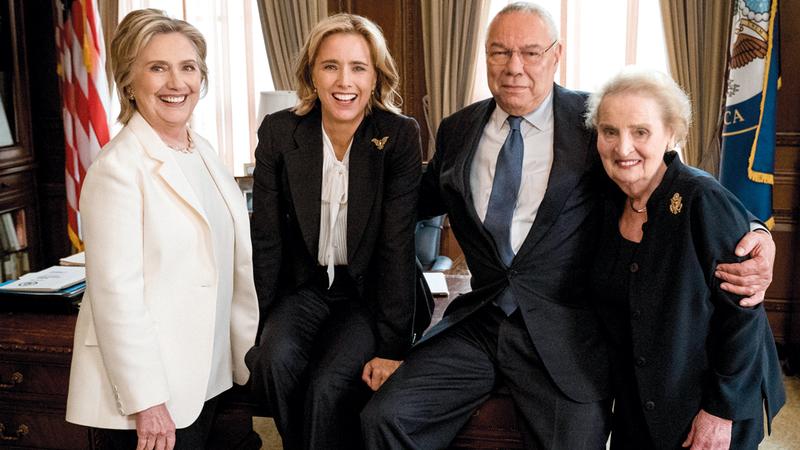 وزراء الخارجية السابقون المشتركون في المسلسل مع الممثلة إليزابيث ماكورد. رويترز