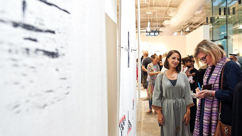 خلال فعاليات دورة العام الماضي من معرض «المجتمع والنقد الفني: منحة سلامة بنت حمدان  للفنانين الناشئين». من المصدر
