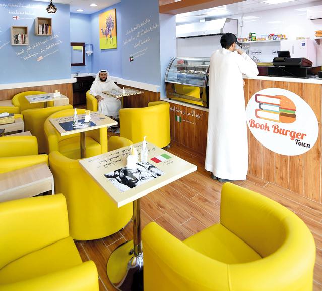 بجانب الوجبات الغذائية يقدّم المطعم وجبات ثقافية متمثلة في الكتب المتوافرة بالمكان. تصوير: إريك أرازاس