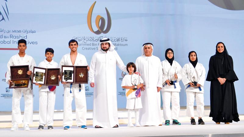 أحمد بن محمد يتوسط الفائزين في العام الماضي. من المصدر