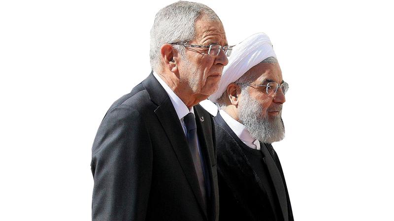 بدلا من إلغاء زيارة روحاني تم الترحيب به بحفاوة أمام حرس الشرف.