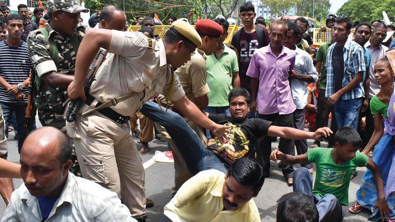 الشرطة الهندية تحاول تفرقة المحتجين على اختبار المواطنة. أ.ف.ب