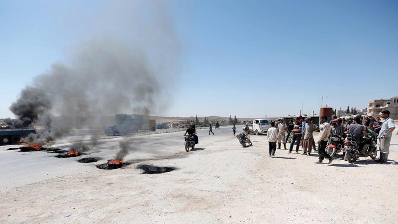 إطارات مشتعلة خلال تظاهرة احتجاج نظمها عمال احتجاجاً على رفع رسوم المعابر. أرشيفية