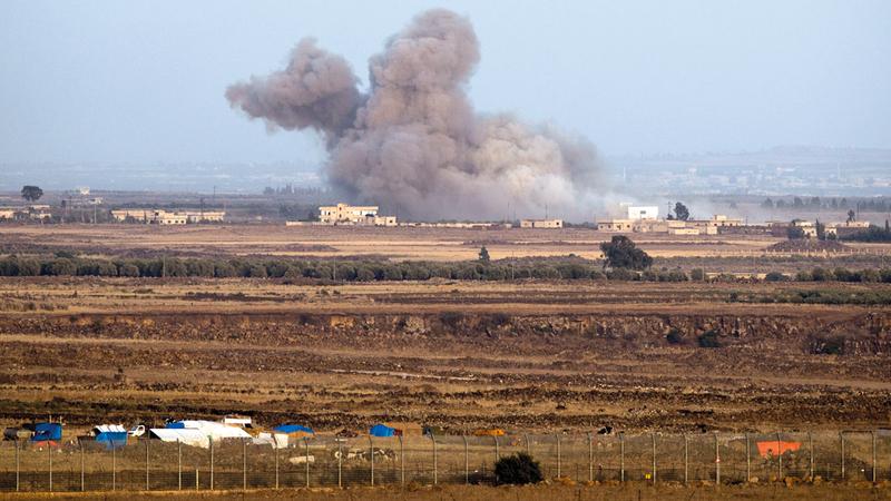الدخان يتصاعد من موقع في الجانب السوري من الجولان بعد إسقاط إسرائيل الطائرة الـ«سوخوي» السورية. إي.بي.إيه