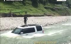 الصورة: صيني يغسل سيارته الفارهة في النهر لتوفير المال