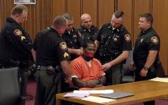 الصورة: قاضٍ أميركي يأمر بتكميم متهم أثناء جلسة المحاكمة