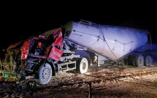 الصورة: «الدفاع المدني» تنقذ سائق شاحنة في عجمان