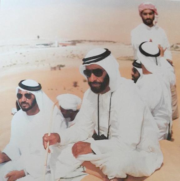 «رجل البيئة» و«قاهر الصحراء» من الألقاب التي أُطلقت على الشيخ زايد. من المصدر