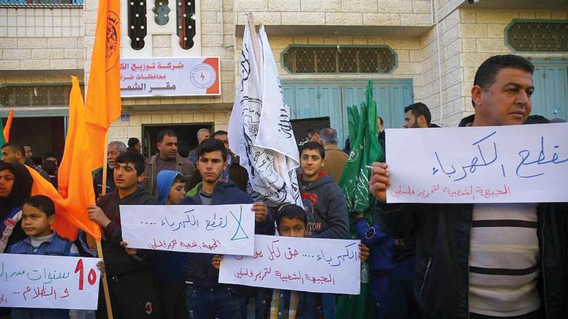 احتجاجات الفلسطينيين في غزة بسبب انقطاع الكهرباء لا تتوقف. أ.ف.ب