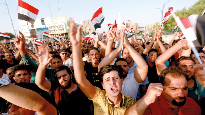 العراقيون يتظاهرون بسبب تردي الخدمات العامة في النجف. رويترز
