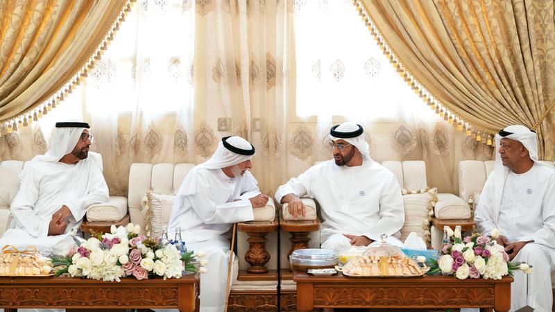 محمد بن زايد خلال زيارته محمد بخيت الكتبي. وام