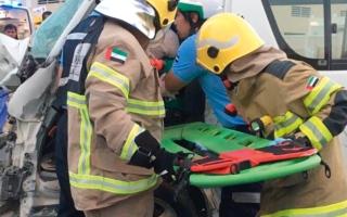 الصورة: إنقاذ 3 آسيويين انحصروا داخل مركبة بعد حادث تصادم