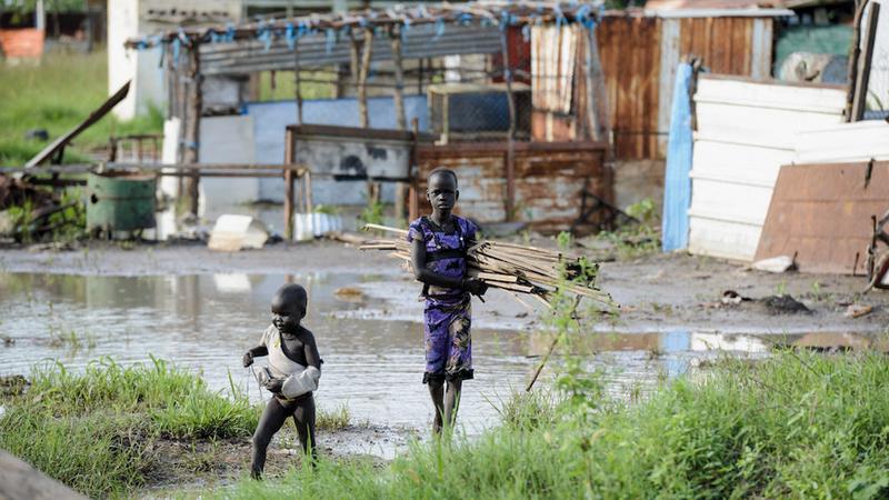 أطفال يعيشون وسط الأوحال والمستنقعات. غيتي