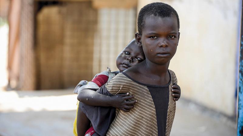 طفل يعتني بأخيه الأصغر سناً. غيتي