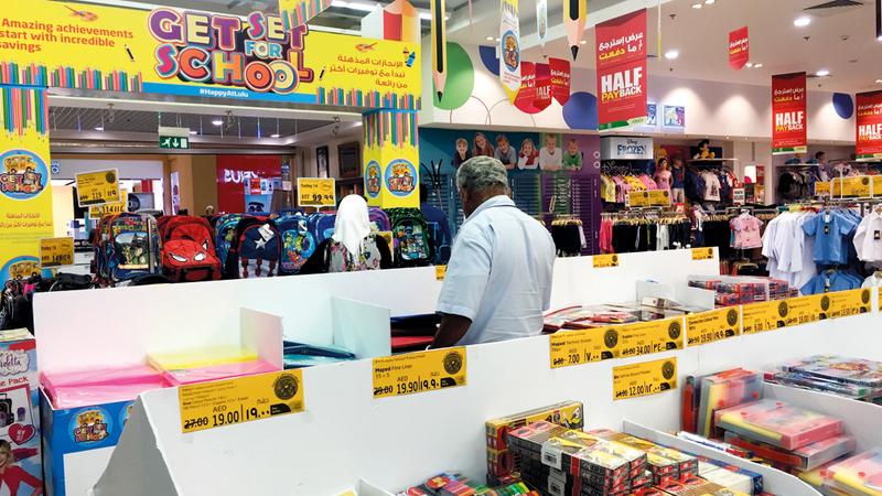 كل الأسواق والمنتجات تخضع لمراقبة مكثفة من إدارة حماية المستهلك في «الوزارة». تصوير: أحمد عرديتي