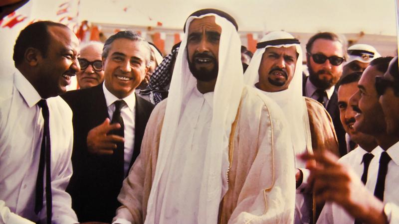 الشيخ زايد خلال افتتاح خط أنابيب توريد المياه العذبة من منطقة الساد إلى أبوظبي. من المصدر