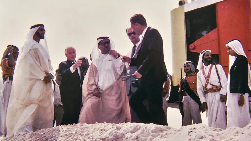 الشيخ زايد كان حريصاً على متابعة عملية البناء في مختلف المشروعات من الصفر. من المصدر
