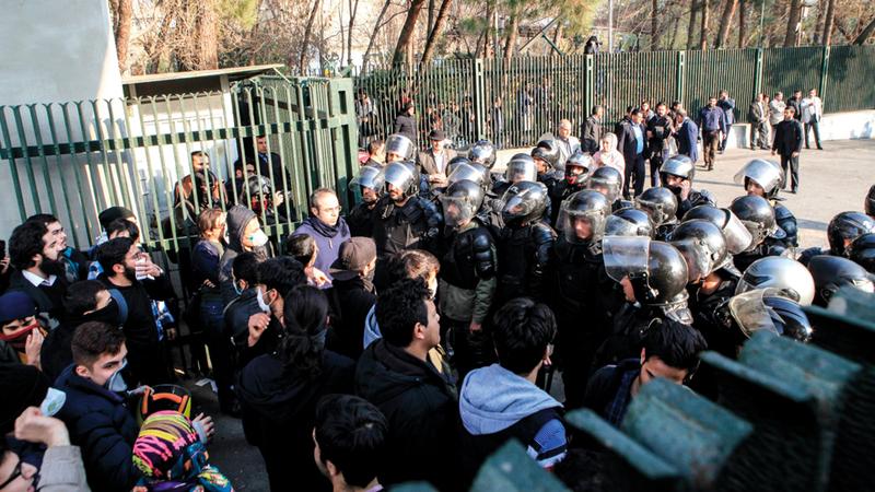 إنفاق طهران على المجموعات المسلحة دفع المتظاهرين المناهضين للحكومة إلى الشارع. أرشيفية