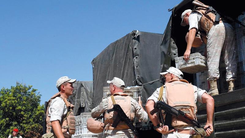 الجيش الروسي يوزع معونات عذائية على سكان منطقة تل رفعت. أ.ف.ب