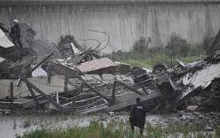 الصورة: مقتل 30 في انهيار جسر في جنوة