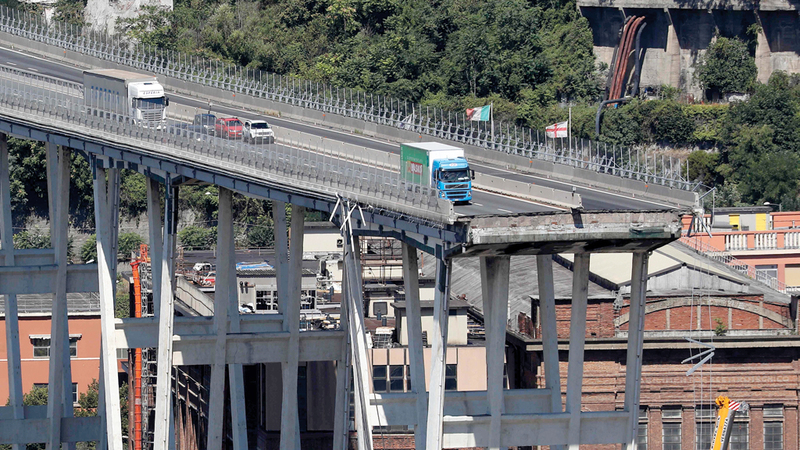 جسر مدينة جنوة بإيطاليا عقب السقوط المروّع. أ.ف.ب