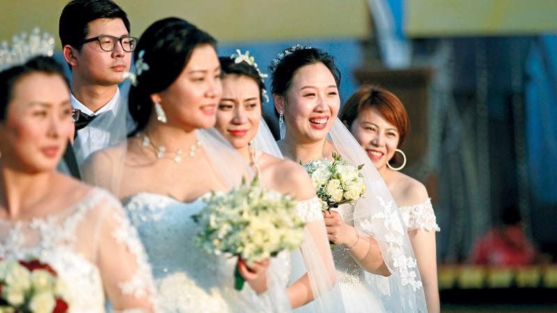 عرائس صينيات خلال حفل زفاف جماعي لـ50 زوجاً صينياً في سريلانكا. رويترز