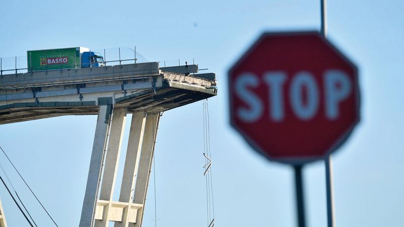 شاحنة تقف على حافة الجسر بعد نجاة سائقها. إي.بي.إيه