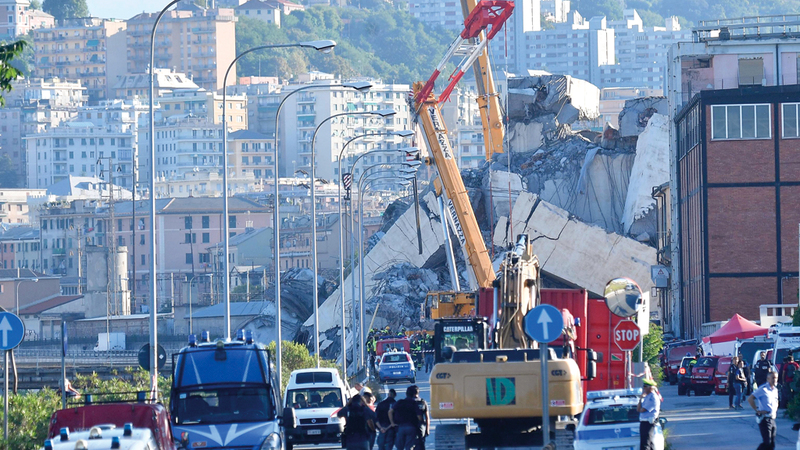 منظر عام لجسر موراندي المنهار بعد يوم من وقوع الكارثة في جنوى. إي.بي.إيه