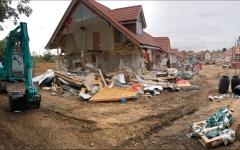 الصورة: مقاول يهدم منازل جديدة لأن أصحابها لم يدفعوا له مستحقاته