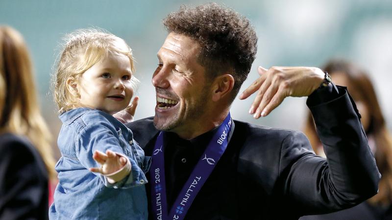 عادت الابتسامة إلى مدرب أتلتيكو مدريد، الأرجنتيني دييغو سيميوني، الذي نجح مع فريقه في فك عقدة النهائيات الأوروبية أمام الغريم ريال مدريد، بعد أن فاز عليه 4-2 في كأس السوبر الأوروبي.. وفي الصورة خلال الاحتفال باللقب مع ابنته الصغيرة فرانسيسكا. أ.ب