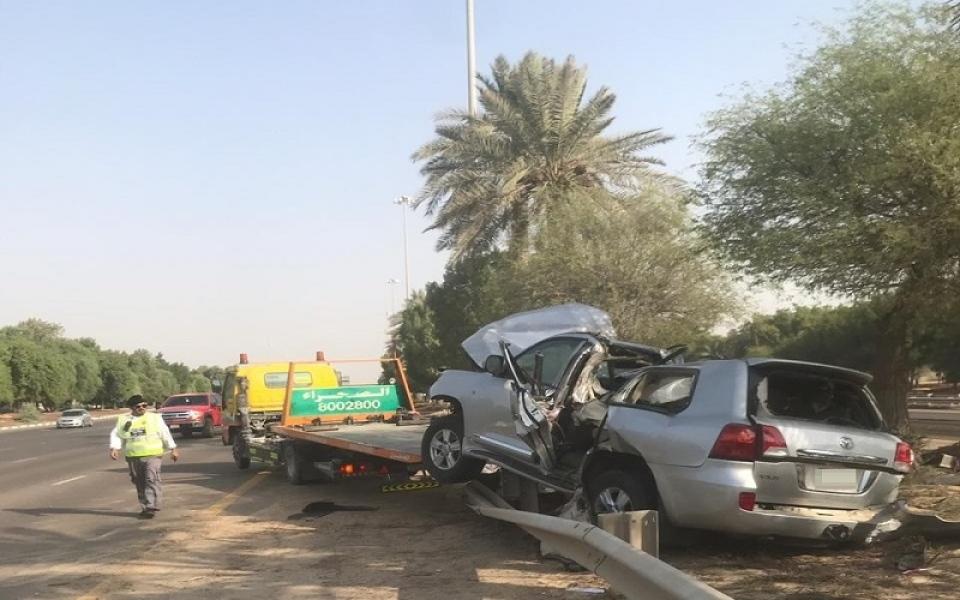 الصورة: إصابة مواطن بحادث اصطدام مركبة بحواجز على شارع أبوظبي العين