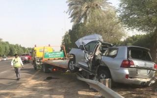 الصورة: إصابة مواطن باصطدام مركبة بحواجز في أبوظبي