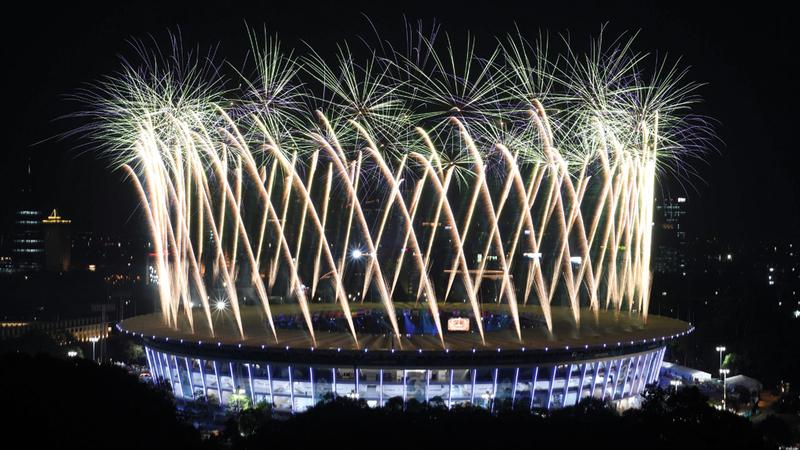 جانب من الألعاب النارية التي زينت سماء جاكرتا أمس خلال حفل الافتتاح. أ.ف.ب