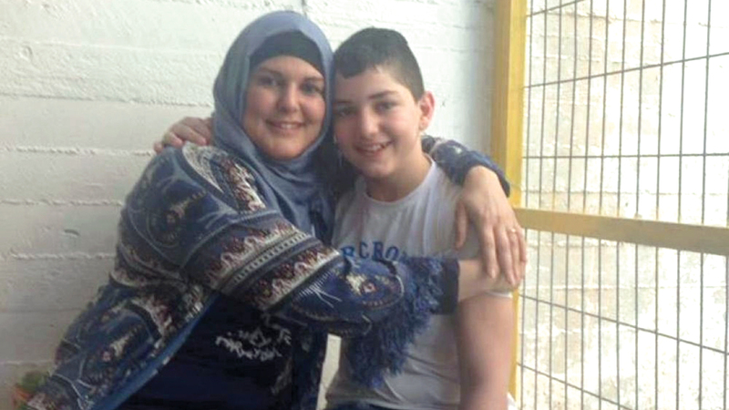فريهان فراح خلال زيارة ابنها شادي في عام 2017 داخل السجن. الإمارات اليوم